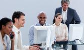 Equipe de negócios assertivos, trabalhando no escritório — Foto Stock