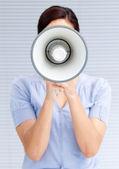 Femme d'affaires crier à travers un mégaphone — Photo