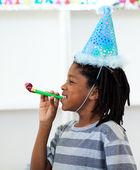 Ragazzo allegro che si diverte ad una festa di compleanno — Foto Stock
