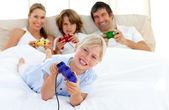 Blond dziewczynka gra wideo gra z rodziną — Zdjęcie stockowe