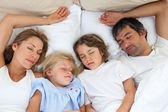 可爱的家庭睡在一起 — 图库照片