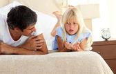 Klein meisje serieus te praten met haar vader — Stockfoto