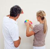 Couple choosing a color to paint a room — Stock Photo