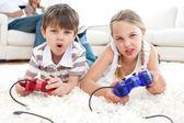 Geanimeerde kinderen spelen van videospellen — Stockfoto
