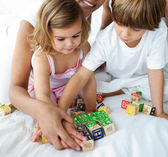 Primer plano de hermano y hermana jugando con juguetes de cubo — Foto de Stock