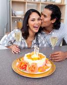 Romantyczna para obchodzi — Zdjęcie stockowe