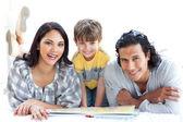 Glückliche familie lesebuch zusammen — Stockfoto