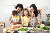 Geanimeerde familie bereiden lunch samen — Stockfoto