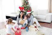 Rodzina dekorowanie choinki — Zdjęcie stockowe