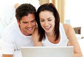 Romantiska par med laptop — Stockfoto