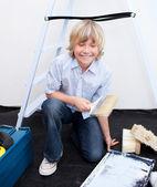 Lachende jongen voorbereiding van verf — Stockfoto