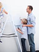 Kinderen en ouders voorbereiding van een nieuwe decoratie — Stockfoto