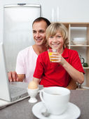 Smiling father and his son having breakfast — Stock Photo