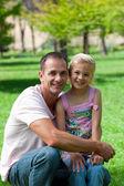 Leende far och hans dotter har picknick — Stockfoto