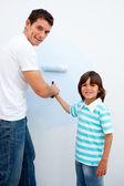 Glückliche Vater seinen Sohn beizubringen, malen — Stockfoto