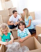 性格开朗家庭包装盒子 — 图库照片