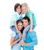 Liefhebbende ouders hun kinderen geven meeliften rit — Stockfoto