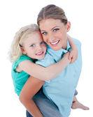 金发碧眼的母亲给她女儿背骑 — 图库照片