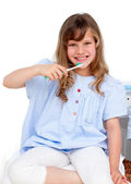 Porträtt av en liten flicka borsta hennes tänder — Stockfoto