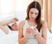 Pozorná žena dávat lék do jejího nemocného manžela — Stock fotografie