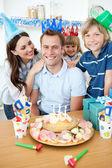 Compleanno di sorridente celebrante padre famiglia — Foto Stock