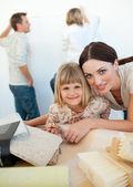 Giovane famiglia decorare una stanza — Foto Stock