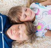 Siblings sleeping on the floor — Stock Photo