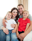 Nahaufnahme der liebenswert familie sitzt auf sofa — Stockfoto
