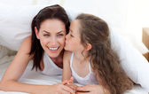 мать и ее дочь, развлекаясь на кровати — Стоковое фото