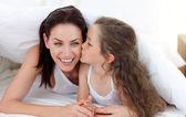 Mãe e filha se divertindo na cama — Foto Stock