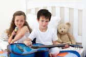 Hermano y hermana en el dormitorio — Foto de Stock
