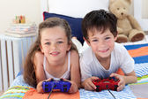 Siblings playing video games together — Stock Photo