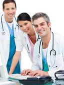 Lékařský tým pracující na počítači — Stock fotografie