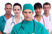 Porträtt av en kirurg och hans medicinska team — Stockfoto
