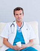 Dottore maschio serio bere caffè — Foto Stock