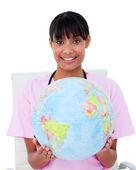 Portrét etnické ženského lékaře, drží zemský globus — Stock fotografie