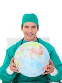 Kendine güvenen doktor holding karasal globe — Stok fotoğraf