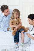 Un medico che esamina un paziente — Foto Stock