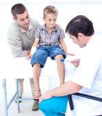 Dottore controllando che un paziente riflessi — Foto Stock
