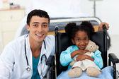 доктор, помогая больным ребенком — Стоковое фото