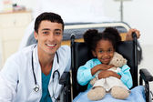 Doctor ayudando a un niño enfermo — Foto de Stock