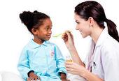 Urocza mała dziewczynka przyjmowanie lekarstw — Zdjęcie stockowe
