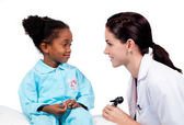 Adorabile bambina frequentando check-up medico — Foto Stock