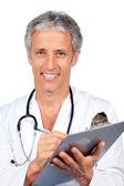 ドキュメントを記述する医師の笑みを浮かべてください。 — ストック写真