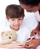关怀和一个小男孩一起玩的女医生 — 图库照片