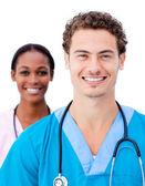 Charmante artsen glimlachen naar de camera — Stockfoto
