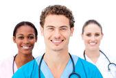 Jeunes médecins debout dans une ligne de sourire — Photo