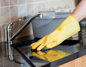 Närbild av en kvinna rengöring kök — Stockfoto