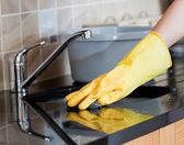 Primer plano de una mujer de limpieza de cocina — Foto de Stock