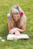 读一书在一个公园的年轻女子 — 图库照片